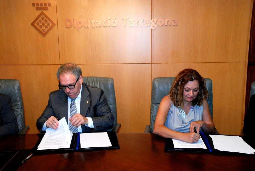 El president de la Diputació, Josep Poblet, i la representant de la Fundació Astres a Terres de l'Ebre, Marta Cid, signat el conveni de col·laboració